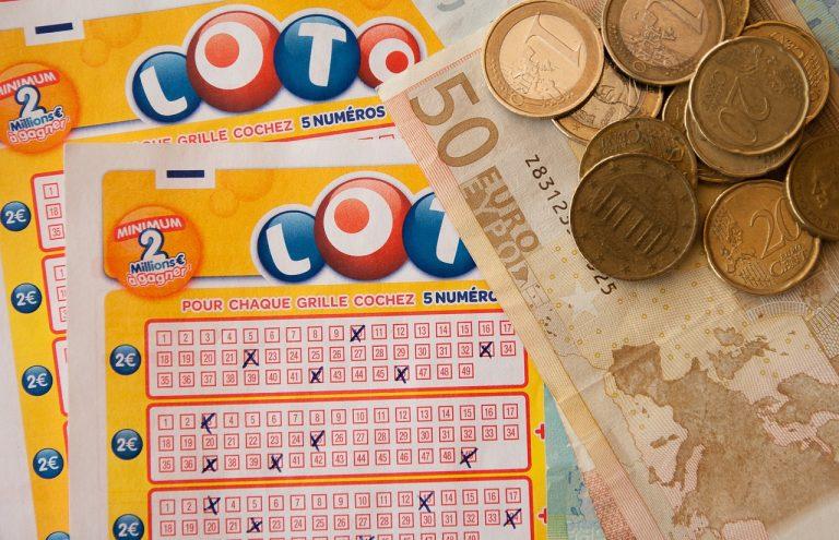Une grille de Loto et de l'argent